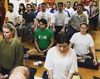 Alumnos meditando